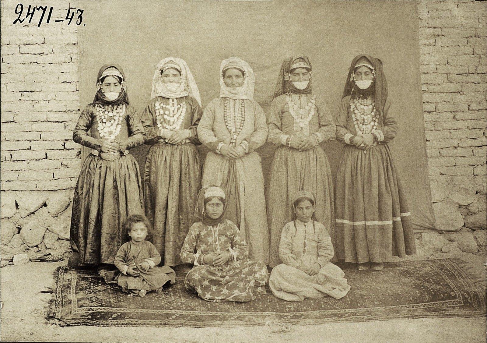 Групповой портрет армянок с детьми в традиционных костюмах