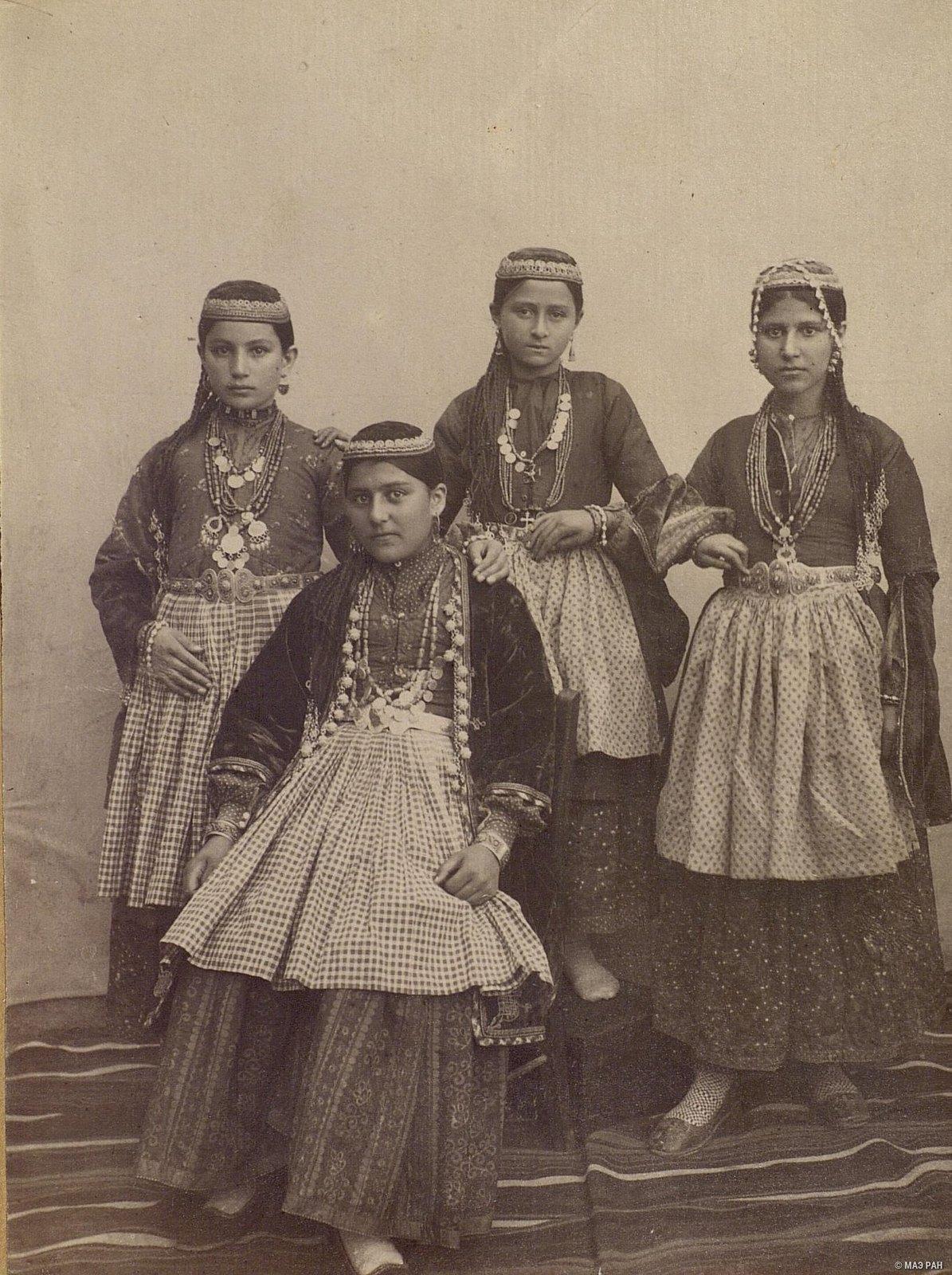 Группа армянских девушек в традиционных костюмах