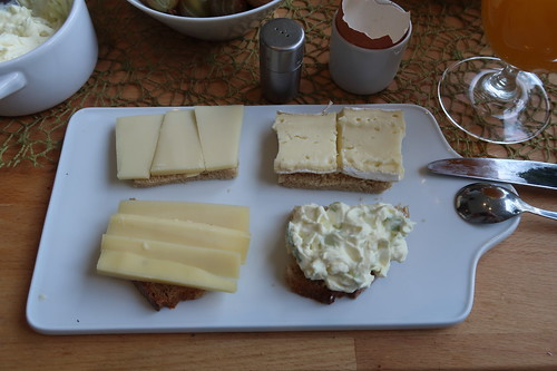 Bergkäse, Bauerncamembert, Grinkenschmied und Porreefrischkäse auf Quark-Buttermilch-Brot