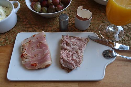 Rollbratenaufschnitt und gekochte Zwiebelwurst auf Quark-Buttermilch-Brot