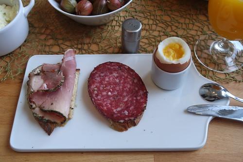 Kräuterschinken und Pfeffersalami auf Quark-Buttermilch-Brot zum Frühstücksei