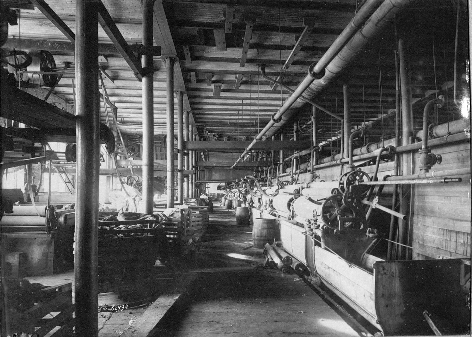 Вид ткацкого цеха фабрики Трехгорной Прохоровской мануфактуры