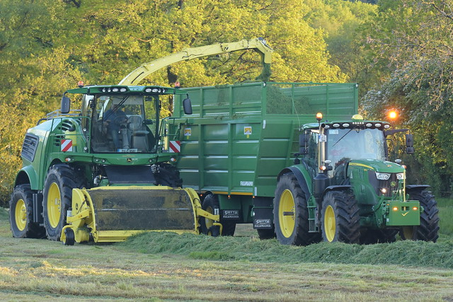 John Deere 9600 SPFH filling a Smyth Trailers Super Cube Field Master Trailer drawn by a John Deere 6155R Tractor