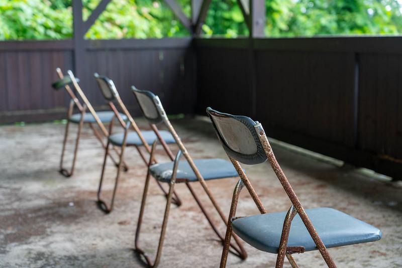 並ぶパイプ椅子