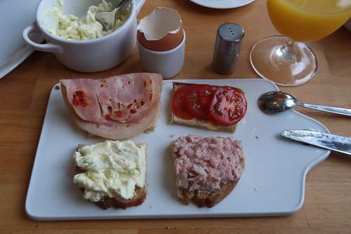 Rollbratenaufschnitt, Tomaten, gekochte Zwiebelwurst und Porreekäse auf Quark-Buttermilch-Brot