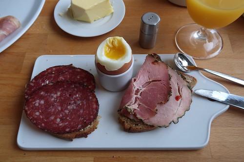 Pfeffersalami und Kräuterkochschinken auf Quark-Buttermilch-Brot zum Frühstücksei