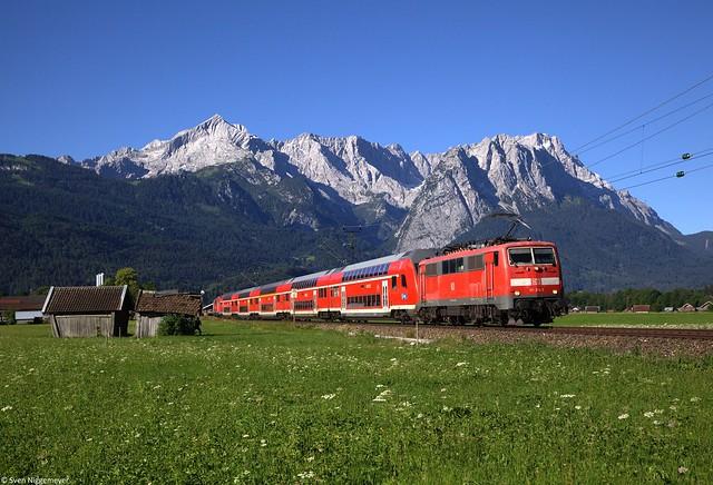111 214 + 111 110 mit der RB59456 von Garmisch-Partenkirchen nach München bei der Ausfahrt aus Garmisch-Partenkirchen.