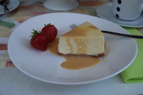 New York Cheesecake mit Salted Caramel Sauce und Erdbeeren (mein zweites Stück)