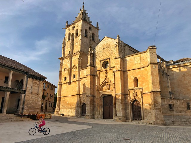 Plaza Mayor de Torrelaguna, donde destacan el antiguo pósito y la iglesia de Santa María Magdalena