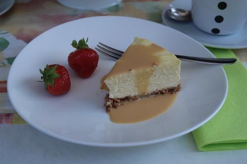 New York Cheesecake mit Salted Caramel Sauce und Erdbeeren (mein erstes Stück)
