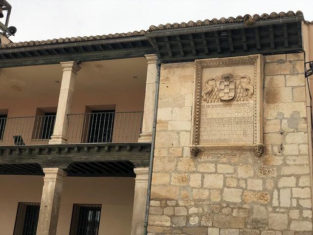 Detalle del antiguo pósito de Torrelaguna (ahora ayuntamiento) con el escudo del Cardenal Cisneros