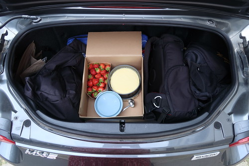 New York Cheesecake, Salted Caramel Sauce und Erdbeeren sowie Kuchenplatte in passender Größe, Sauciere und Soßenkelle (im Kofferaum des MX-5)