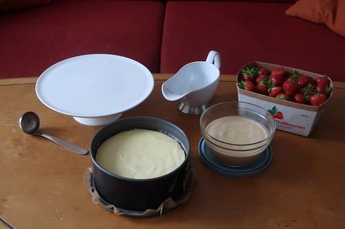 New York Cheesecake, Salted Caramel Sauce und Erdbeeren sowie Kuchenplatte in passender Größe, Sauciere und Soßenkelle