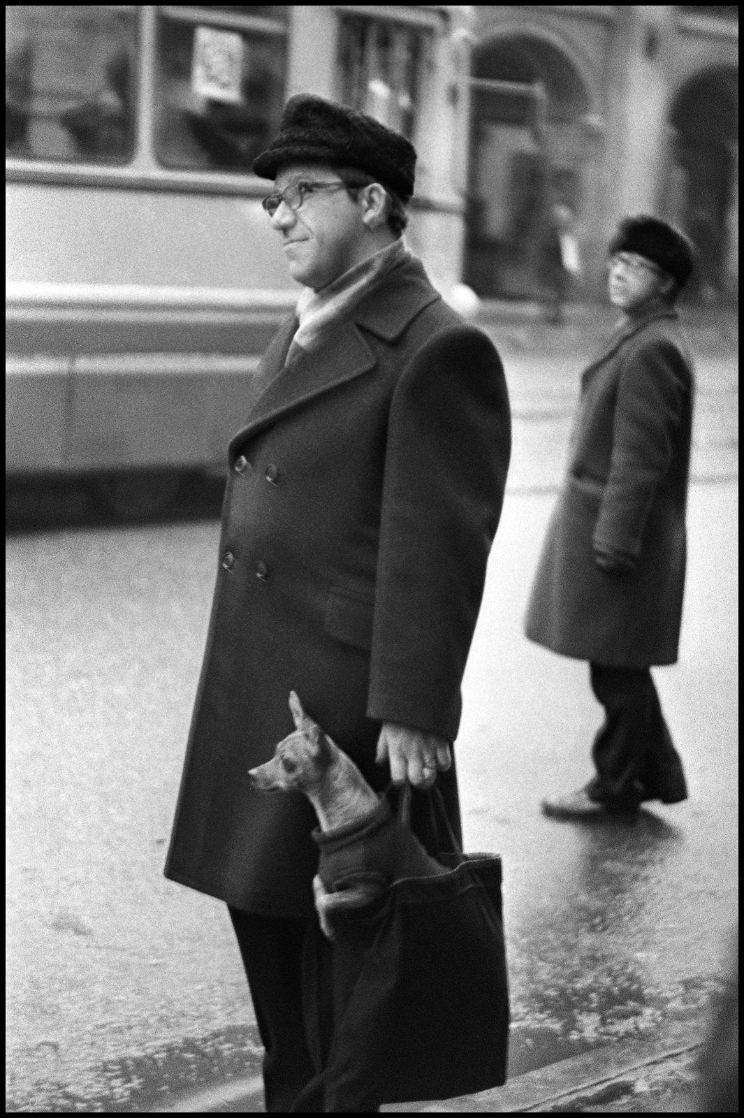 1963. На остановке