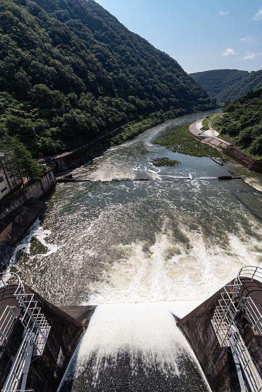 放水する旭川ダム
