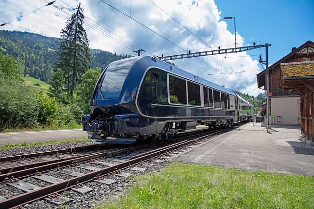 1M1A1587 Schmalspurwagen ABst 382, Interfacewagen Bsi 293 und Re 465 018 bei einem Kreuzungshalt in Weissenbach anlässlich der Testfahrten zwischen Zweisimmen und Boltigen