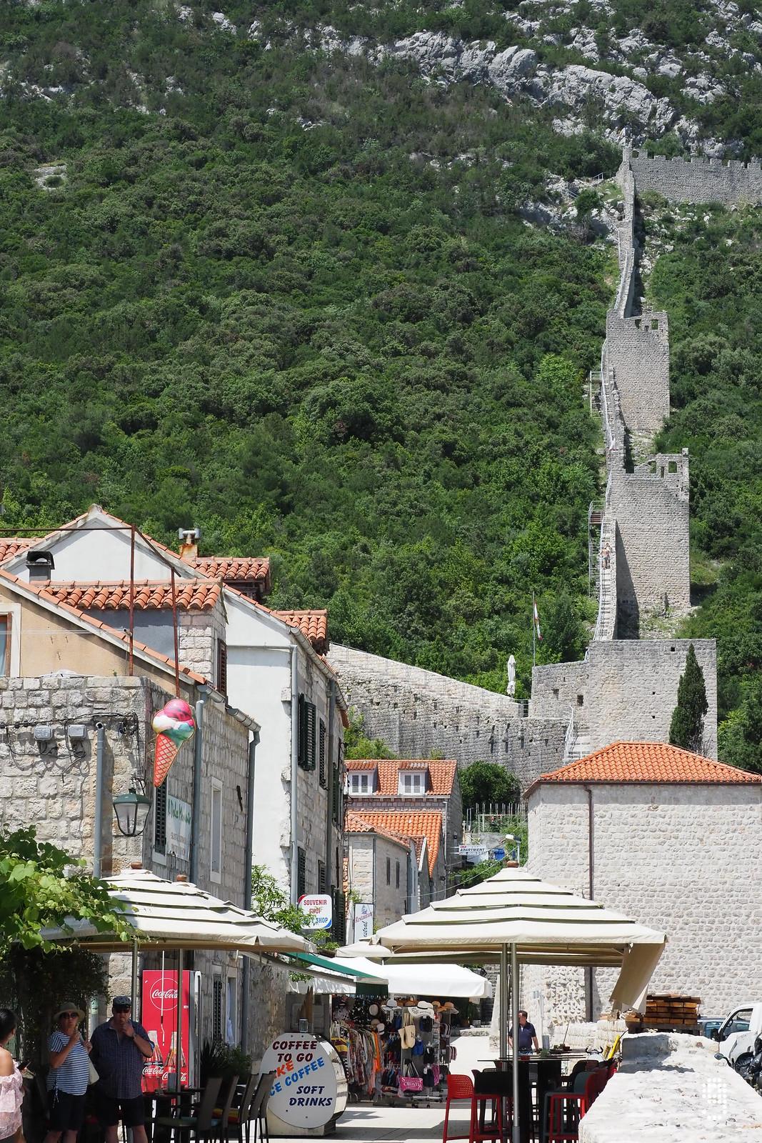 Ston小鎮旁的城牆通往Mali Ston