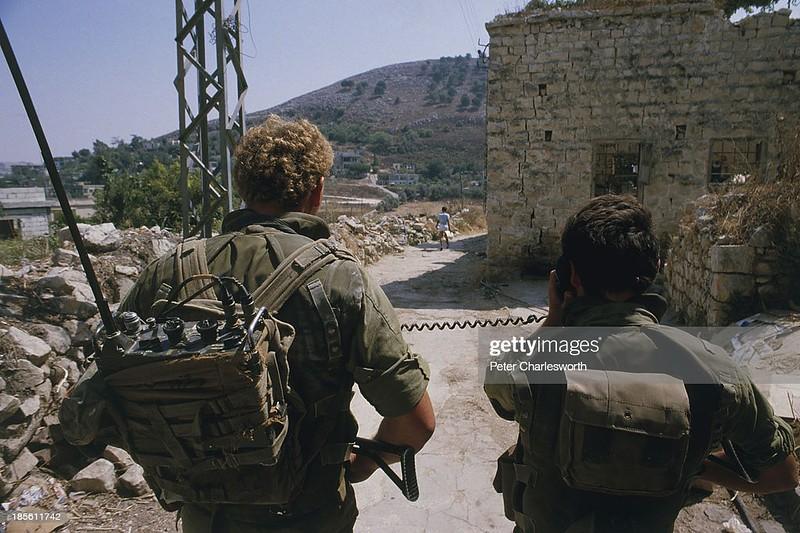 Radio-PRC-25-77-idf-patrol-nabatieh-19840815-gty-1