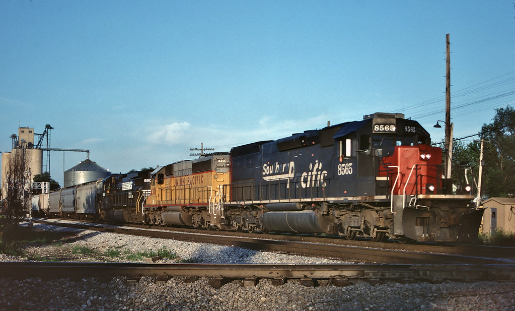 SP 8565 west in Tolono, Illinois on July 18, 1999.