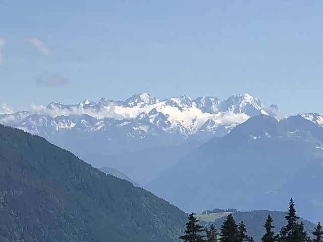Die 3 km lange Bergkette umfasst sieben etwa gleich hohe Felsgipfel, von Nordost nach Südwest: Cime de l'Est (3178 m ü.M.), Forteresse, Cathédrale (3160 m ü.M.), Eperon (3114 m ü.M.) ...