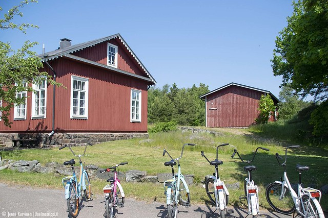 Vuokrattavia pyöriä talon edessä Örön saarella