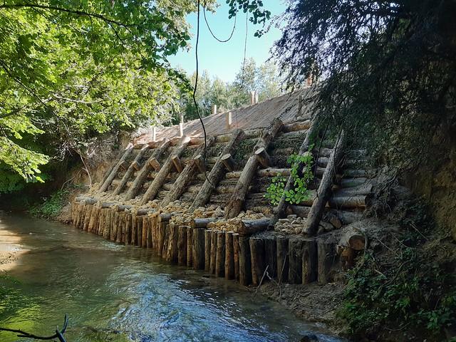Ibaiertz higatua zaharberritzen Jugalez ibaiaren eskuinaldean, Pagoeta parean, Urizaharrean/ Restaurada una ribera erosionada en la margen derecha del río Jugalez a su paso por Pagoeta, en Peñacerrada
