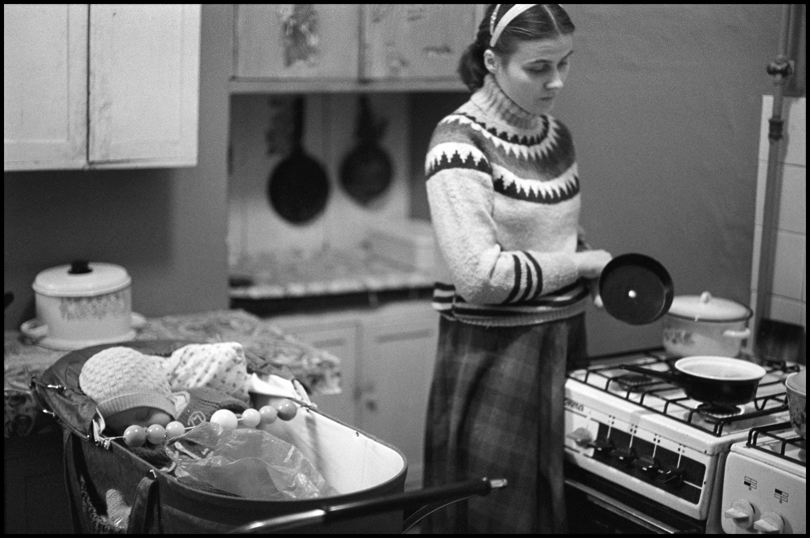 1985. Коммунальная кухня. Варя кормит Митю