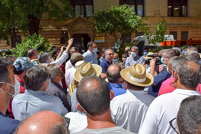 El alcalde de Los Palacios apoya en Sevilla la reclamación de los agricultores de más agua para el Bajo Guadalquivir