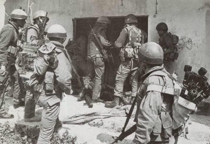 Radio-PRC-25-77-rifle-grenades-kfar-huna-south-lebanon-198503-1