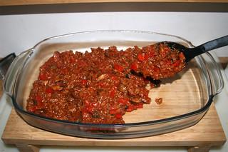 32 - Put meat mix in casserole / Hackfleischmischung in Auflaufform geben