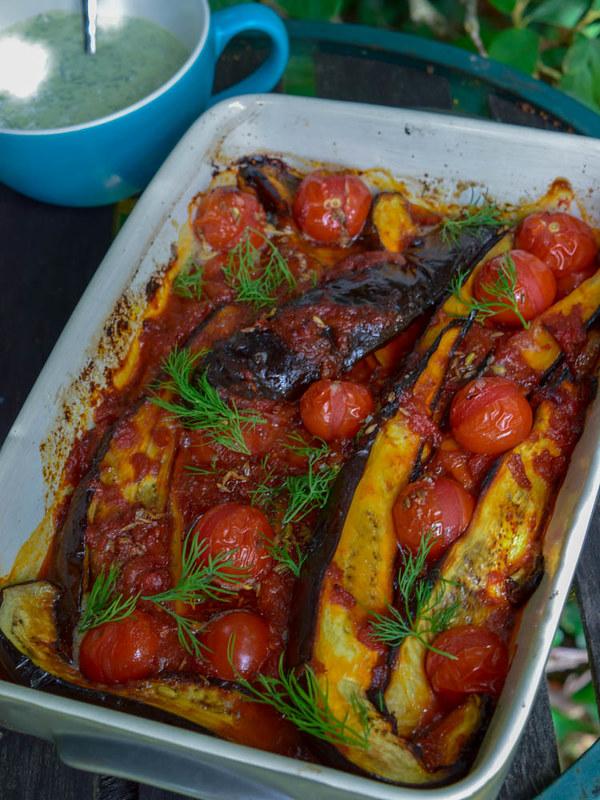 Aubergines rôties à la sauce tomates, yaourt aux anchois et aneth_