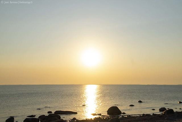 Aurinko laskee Örön saarella