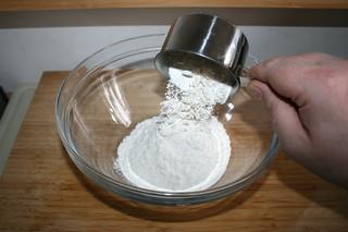 22 - Put flour in bowl / Mehl in Schüssel geben