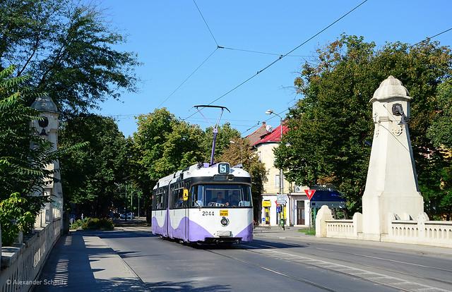 (RO) Timişoara: Rathgeber P3.16 2044 auf der Linie 5 in Richtung Gara de Est nahe der Haltestelle Prefectura Judetului Timis