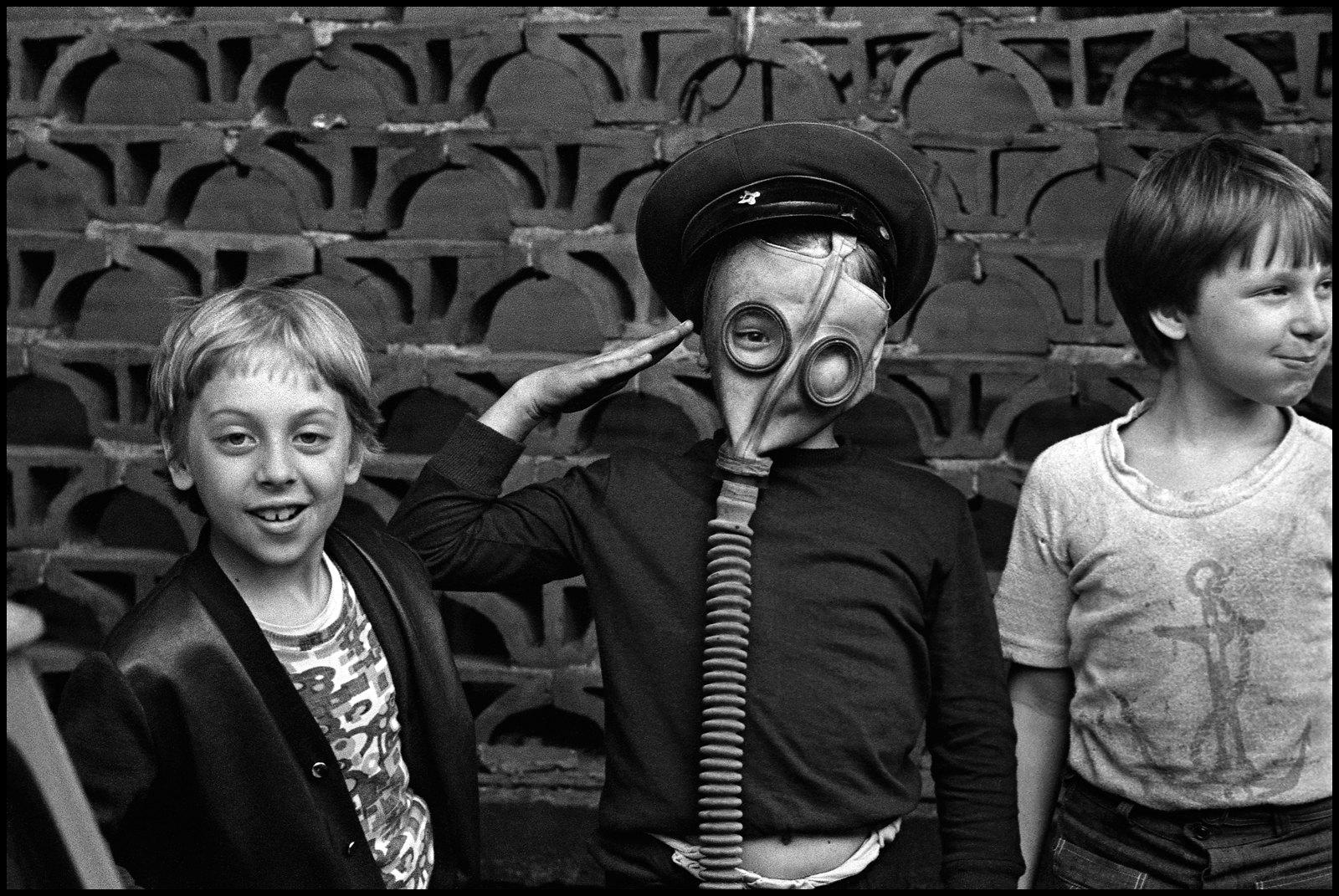 1976. Мальчики в противогазах.