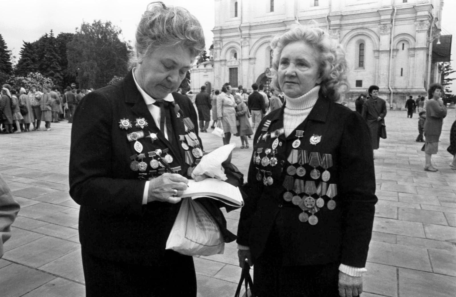 1989. Женщины-ветераны на Соборной площади Кремля. 9 мая