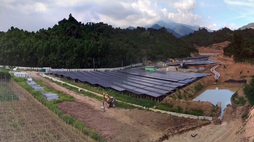 「淺山在種電!政府還惦惦?」記者會。生利能源屏東縣枋寮鄉的光電案場位於當地「石頭營」二戰遺跡。照片提供:立委蔡壁如辦公室