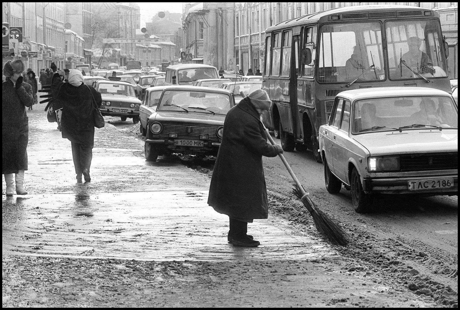 1992. Подметает улицу (Пятницкая)