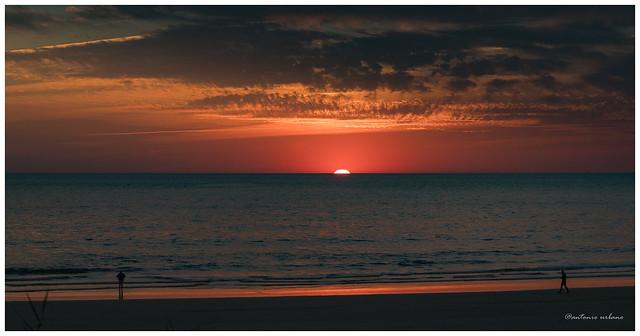 A punto de ocultarse tras el horizonte // About to hide behind the horizon