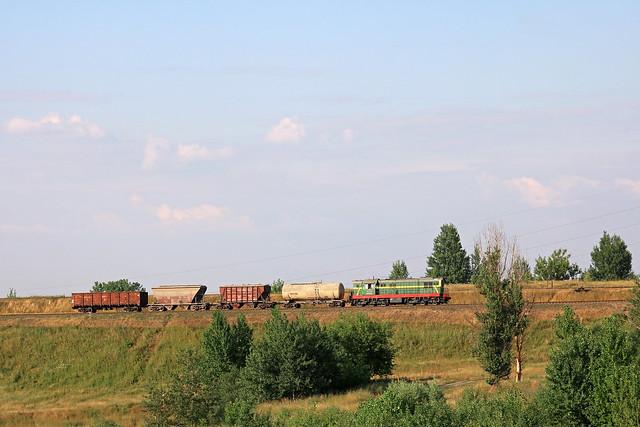 Маневровый тепловоз ЧМЭ3-3697 с грузовым составом на перегоне Могилёв-3/Луполово.