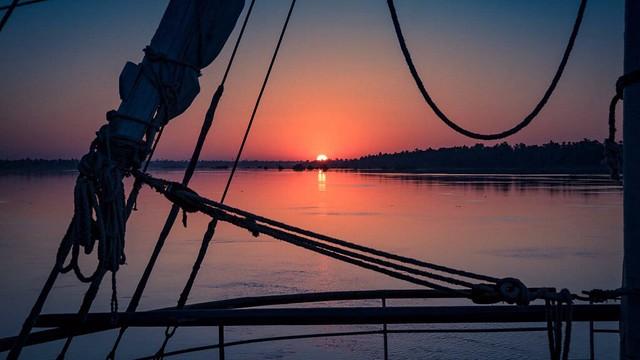 Atardecer sobre el río Nilo en Egipto desde la dahabeya