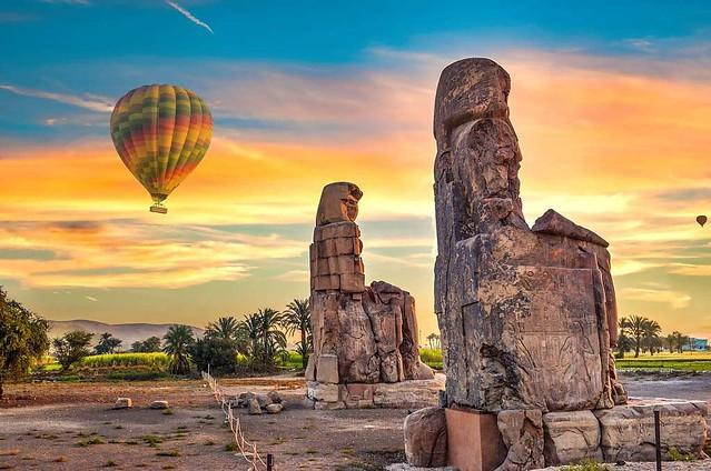 Globo sobre los colosos de Memnon en Luxor (Egipto)