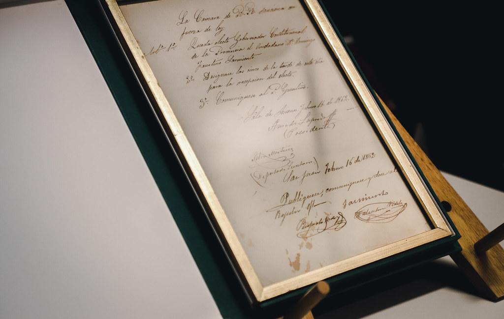 2021-07-16 PRENSA: Uñac presidió el acto de restitución del documento que designó gobernador de San Juan a Sarmiento