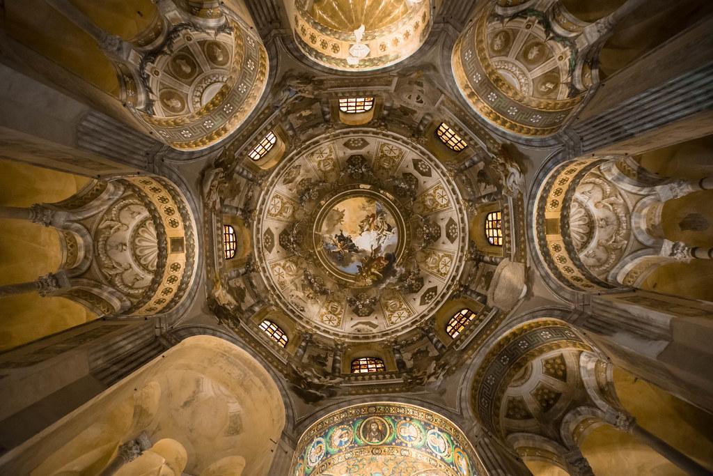 Quando a Ravenna entri nella basilica di San Vitale...e volgi lo sguardo all'insu'!