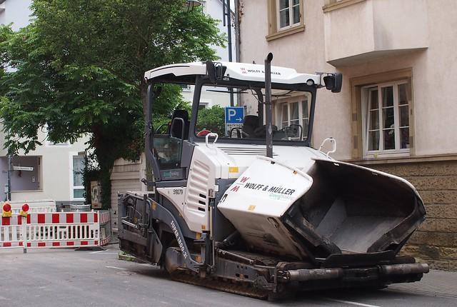 Straßendeckenbaumaschine