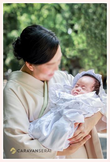 お宮参りの日 着物姿のママに抱っこされた赤ちゃん
