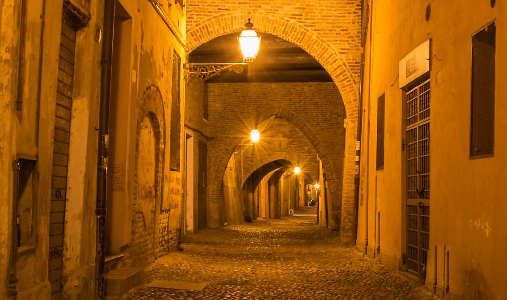 Ferrara, via delle Volte by night