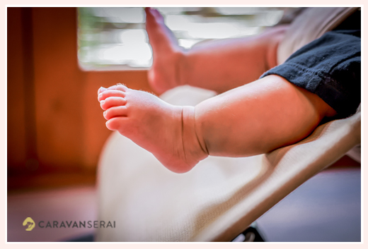 赤ちゃんの足 バウンサーに乗って