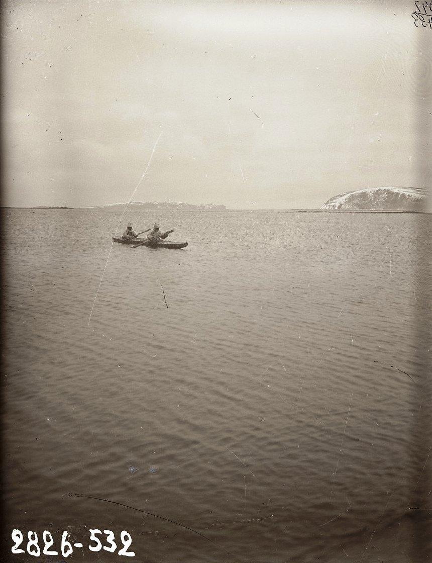 1909. Два алеута в старинных охотничьих костюмах, плывущие в байдарке. Алеутские острова, Умнак остров, с. Никольское. 5 октября