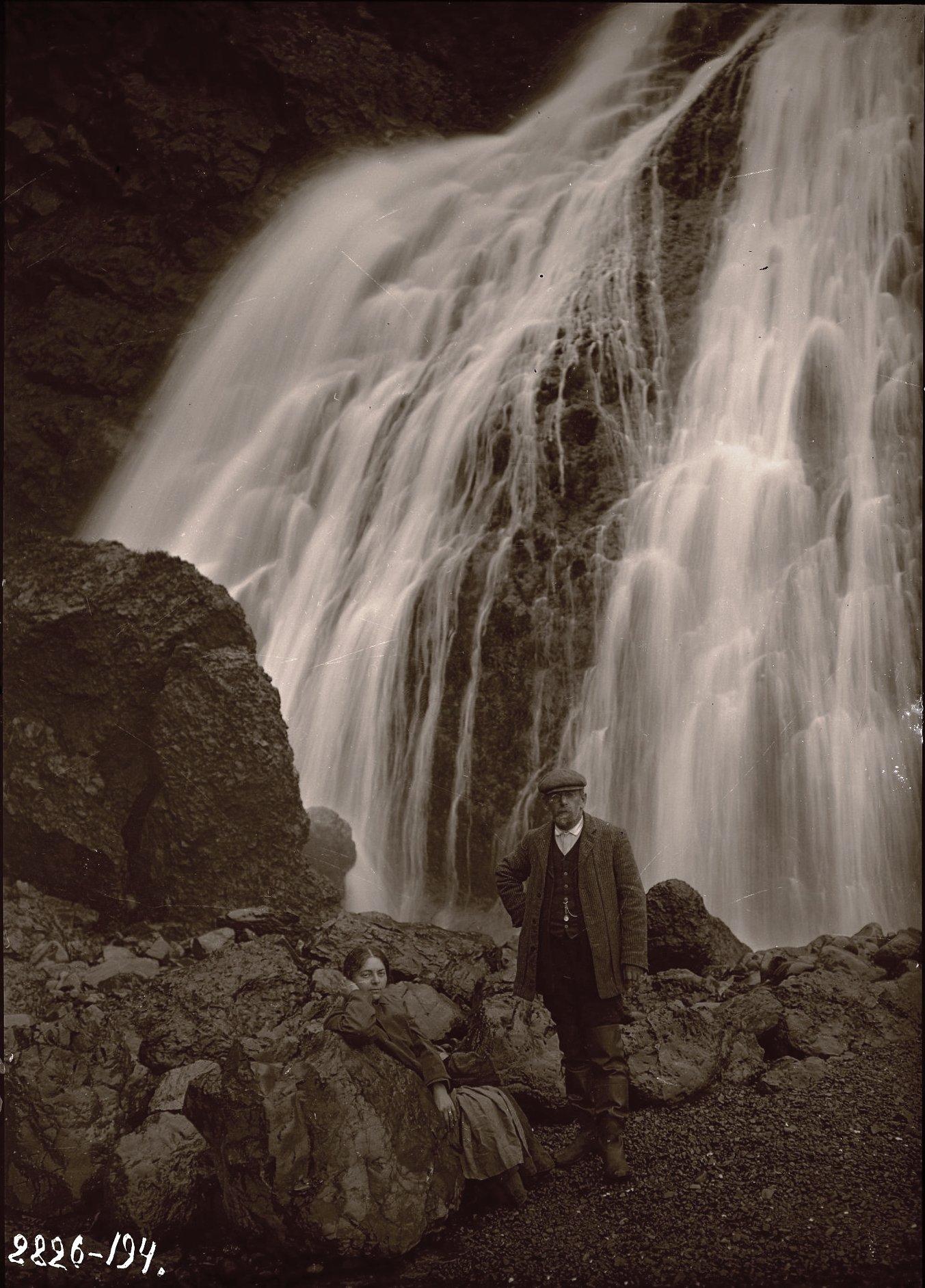 1909. В.И. Иохельсон рядом с водопадом у древнего селения Атхалах. Алеутские острова, Андреяновские острова, Атка остров. 2 сентября